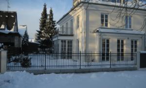 Zaun um Villa