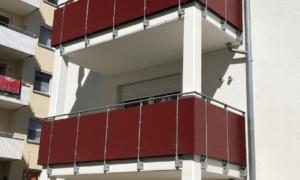 Balkone mit rotem Sichtschutz